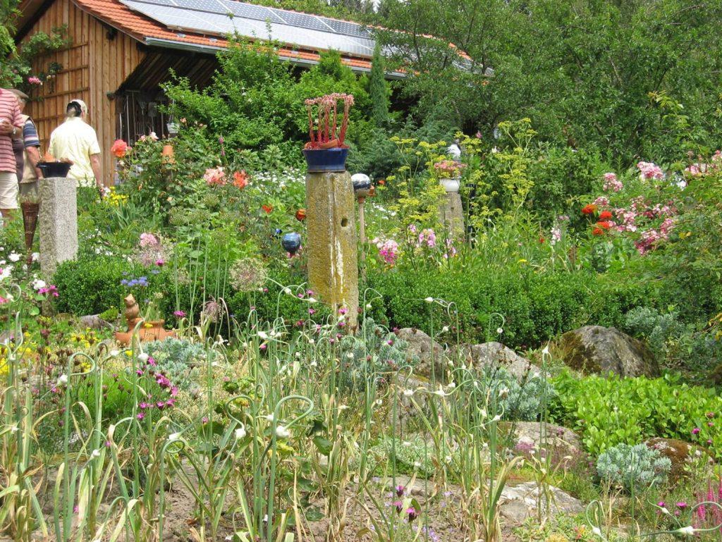Vielfältiger blühender HausgartenLiebhaber