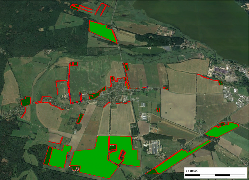 Blick auf die Projektfläche in Klockenhagen. Es sind alle Maßnahmen auf der Karte grafisch dargestellt. Sie ziehen sich streifenförmig über die gesamte Agrarlandschaft.